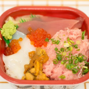 丼丸で作られている海鮮丼